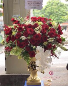Bình hoa hồng đỏ hồ điệp trắng