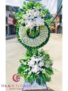Vòng hoa lan trắng tại Hà Nội - Thanh Tịnh